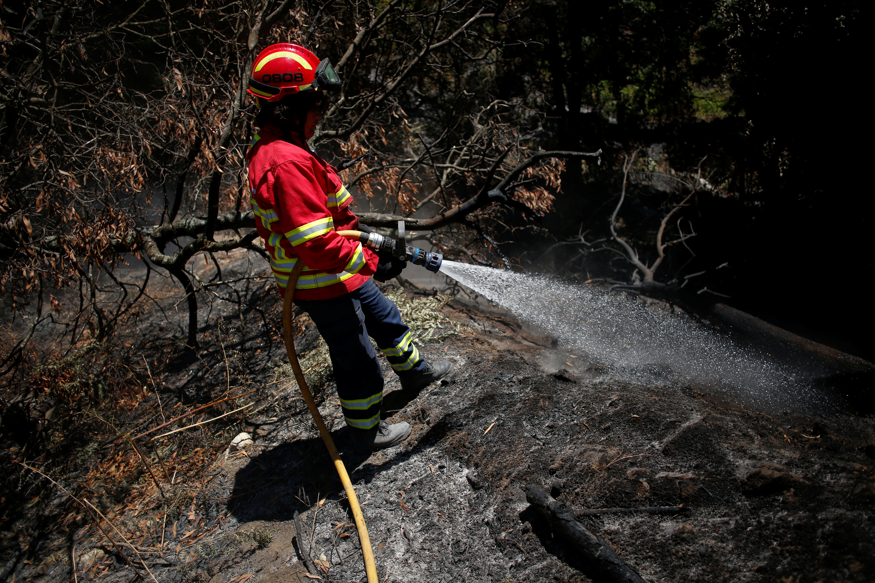 أحد رجال الإطفاء أثناء عمليات التبريد