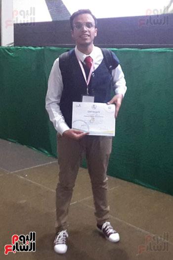 الطالب المصرى أبانوب منتصر الفائز بالمركز الأول فى الفيزياء (2)