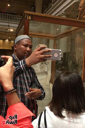 حفيد مانديلا يلتقط الصور  داخل المتحف المصرى  (1)