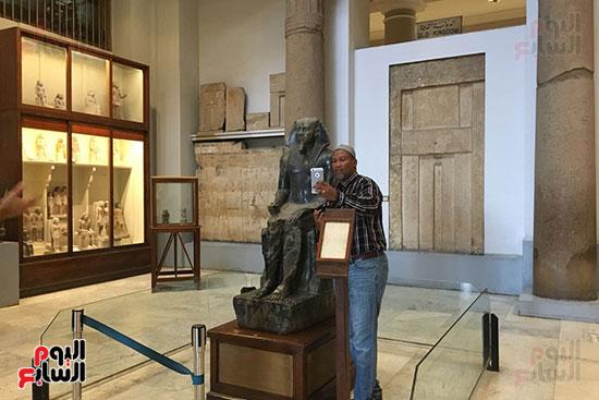 حفيد مانديلا يلتقط الصور  داخل المتحف المصرى  (2)