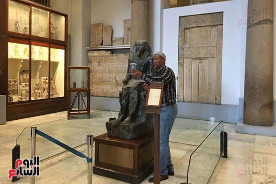 حفيد مانديلا يلتقط الصور  داخل المتحف المصرى  (4)