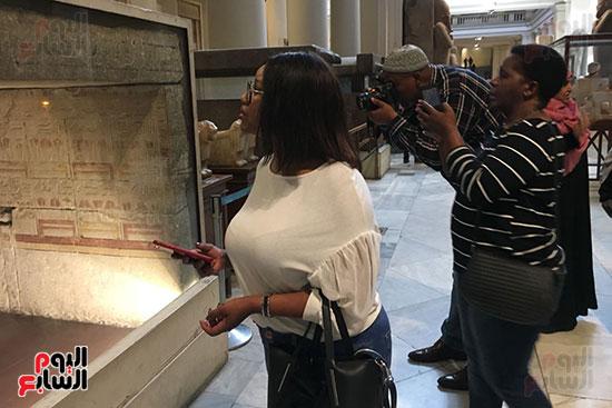 حفيد مانديلا يلتقط الصور  داخل المتحف المصرى  (3)