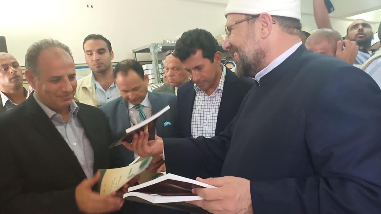 وزير الاوقاف والشباب والرياضة يفتتحان معرض الشئون الإسلامية بالإسكندرية (25)
