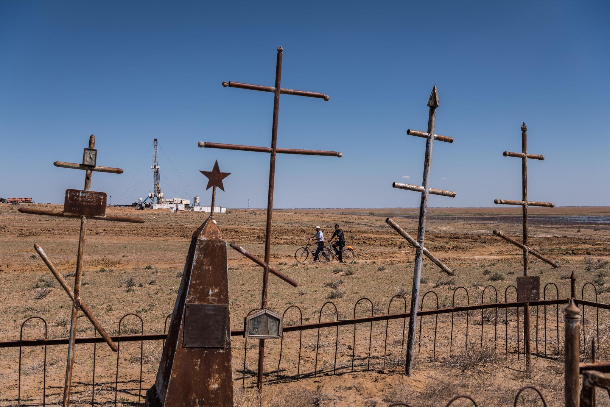 انابيب التنقيب عن الغاز بجوار مقبرة روسية فى مونياك