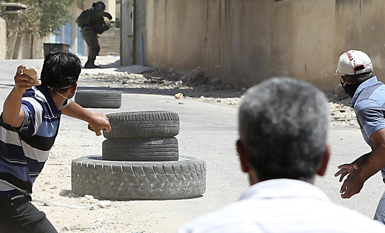 جندى اسرائيل يهرب من شباب الانتفاضة الفلسطينية