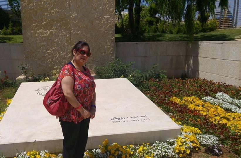 الكاتبة السورية مها حسن فى زيارة قبر محمود درويش