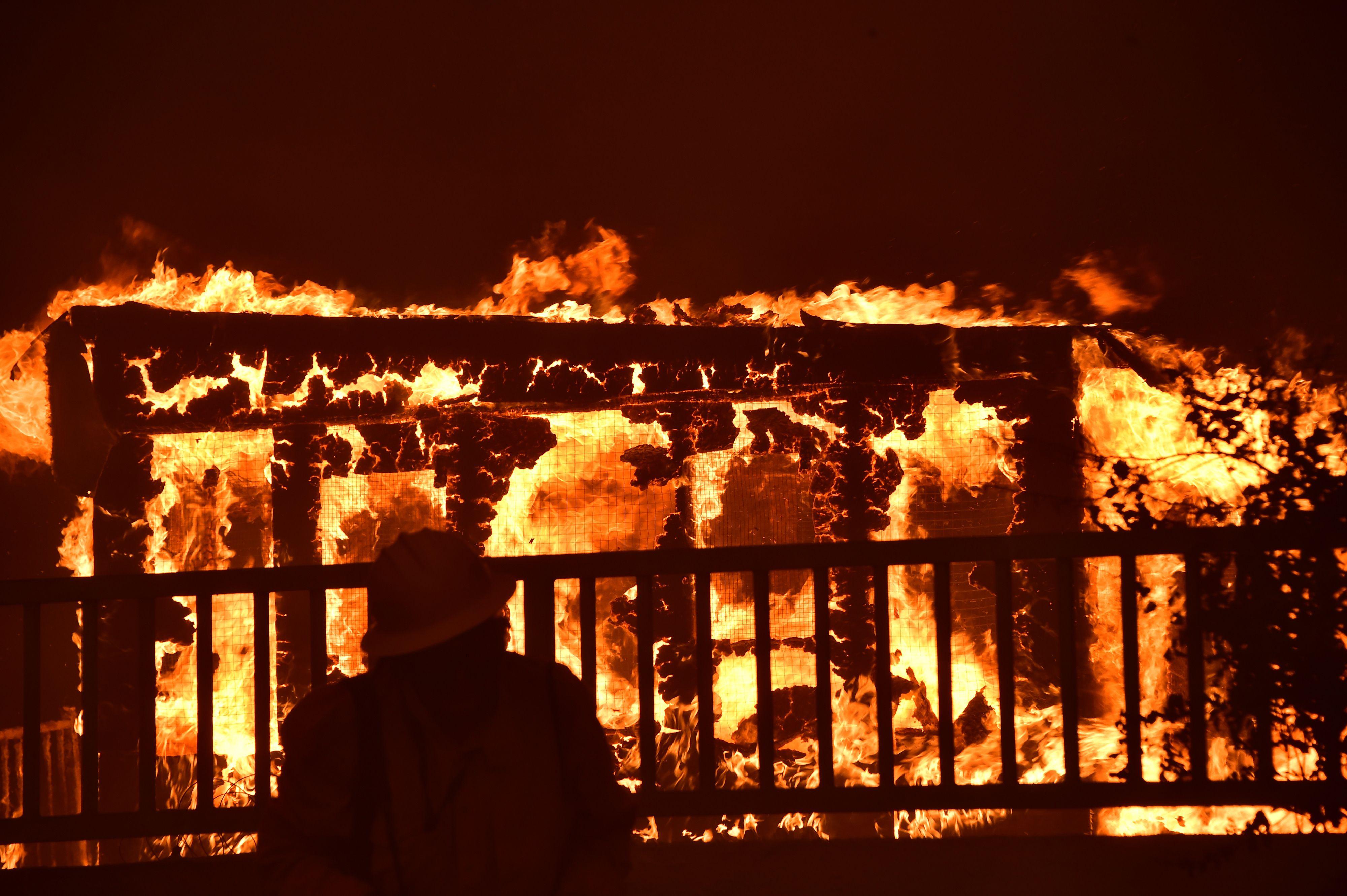 النيران تلتهم محتويات منزل
