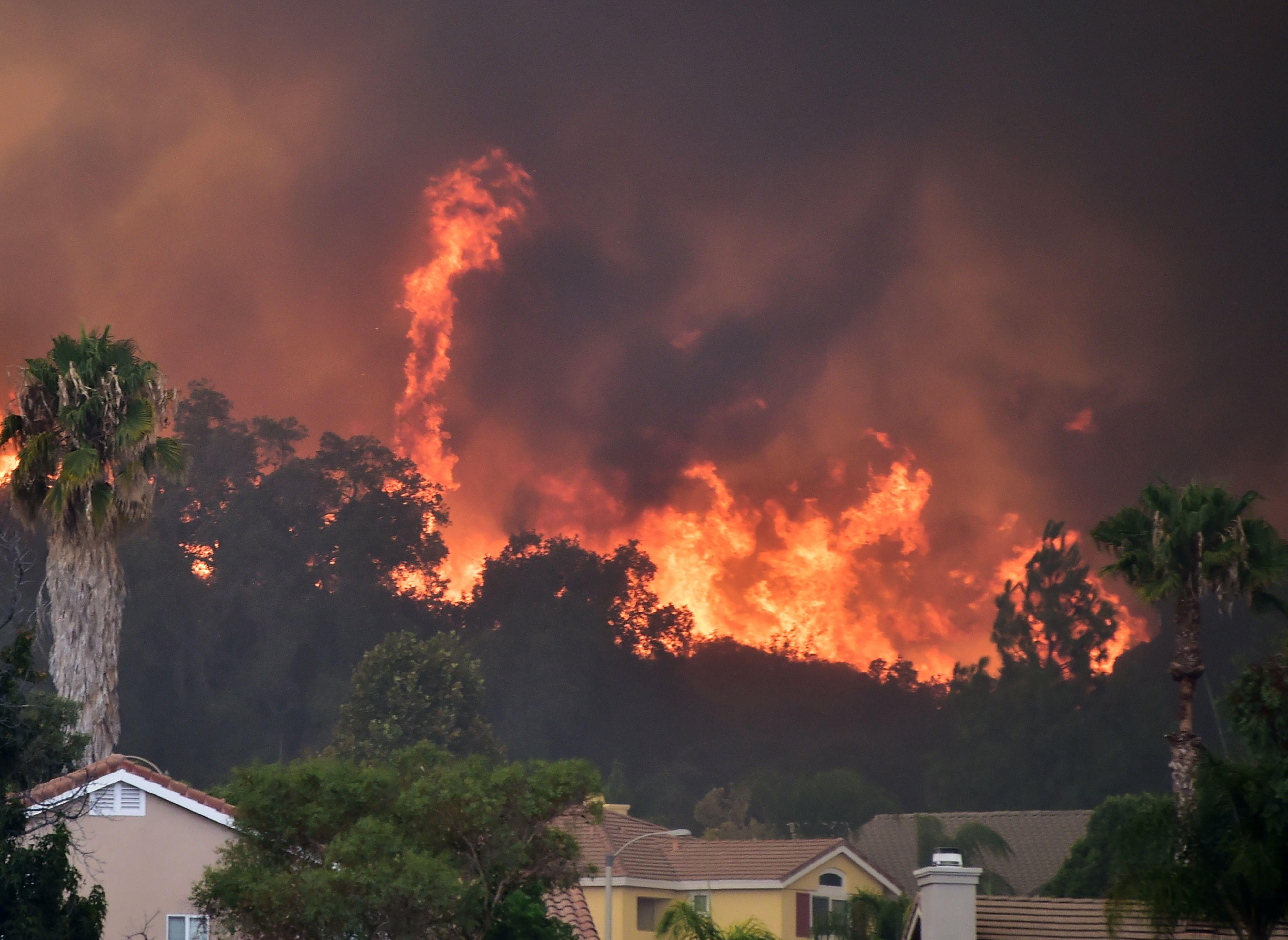 النيران تتصاعد بولاية كاليفورنيا