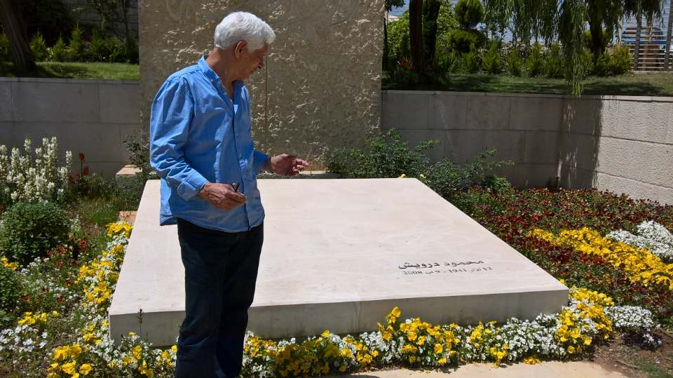 الحبيب السالمى أمام قبر محمود درويش