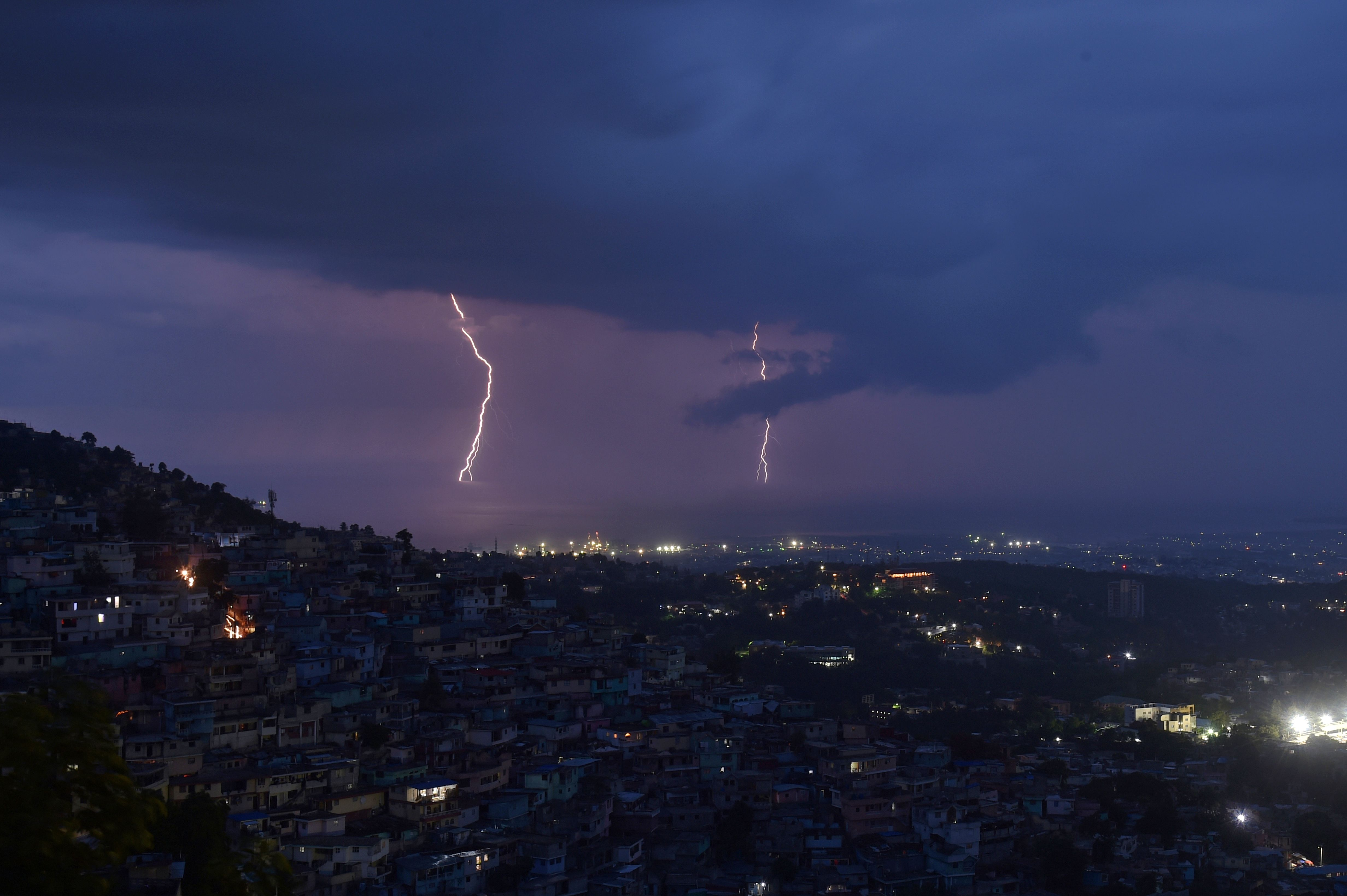 البرق فى عاصمة هايتى