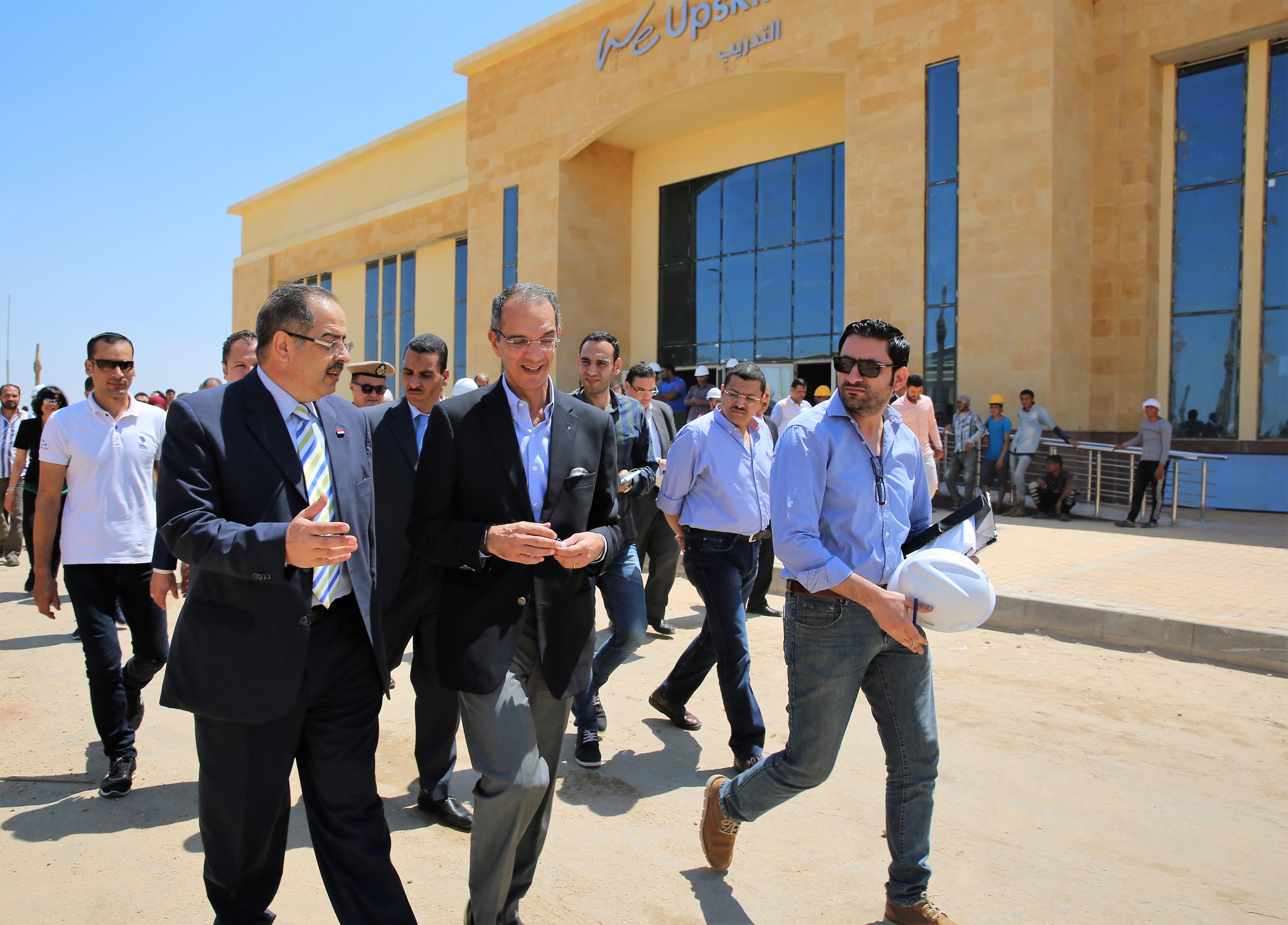 عمرو طلعت وزير الاتصالات خلال زيارته المنطقة التكنولوجية