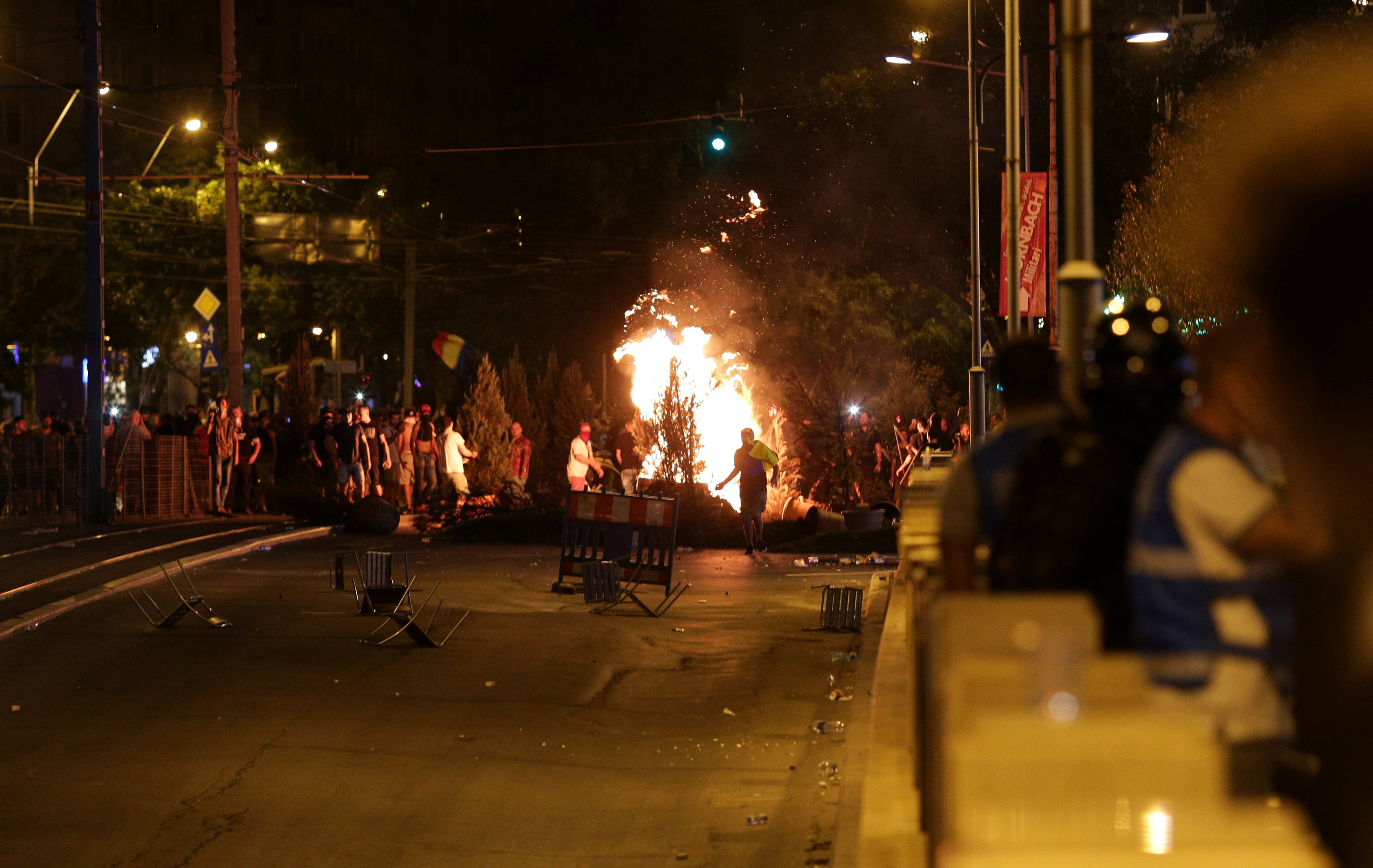 المتظاهرين يشعلون النيران فى شوارع رومانيا