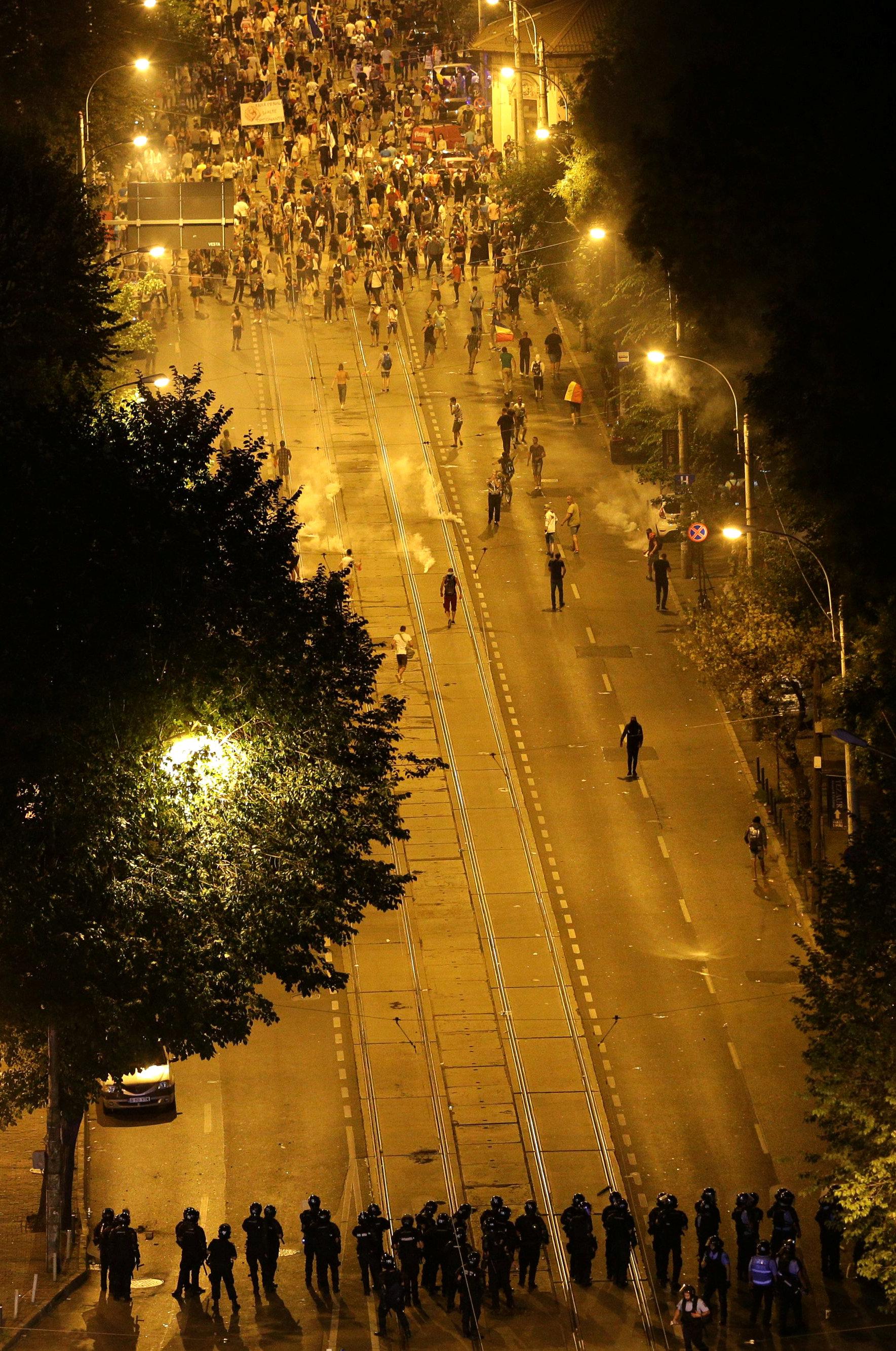 تفريق المحتجين فى رومانيا