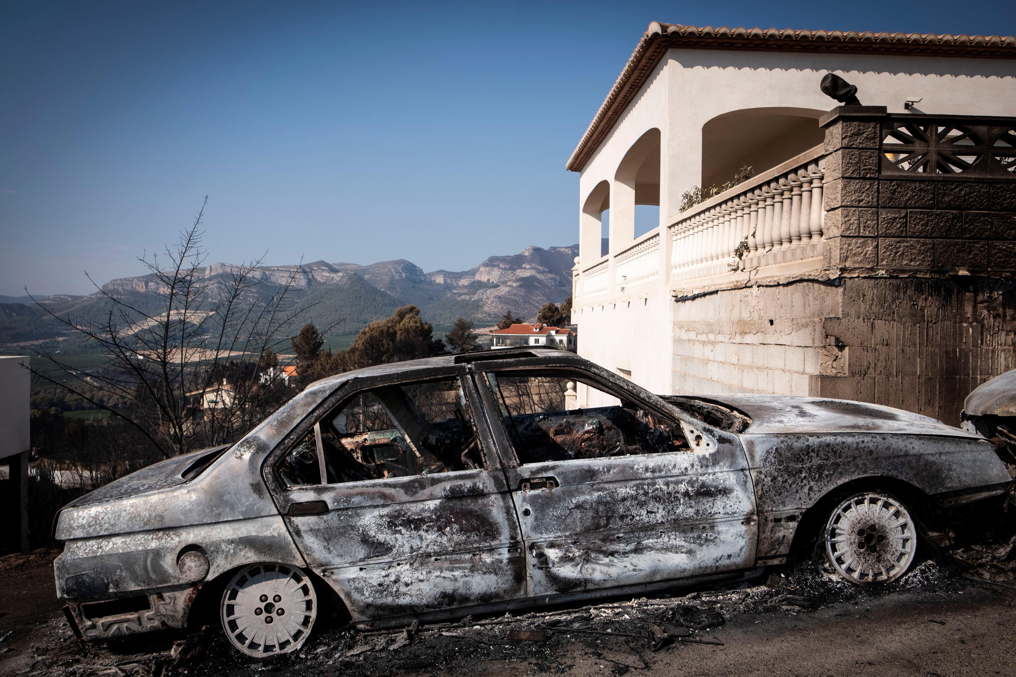 النيران تدمر سيارة