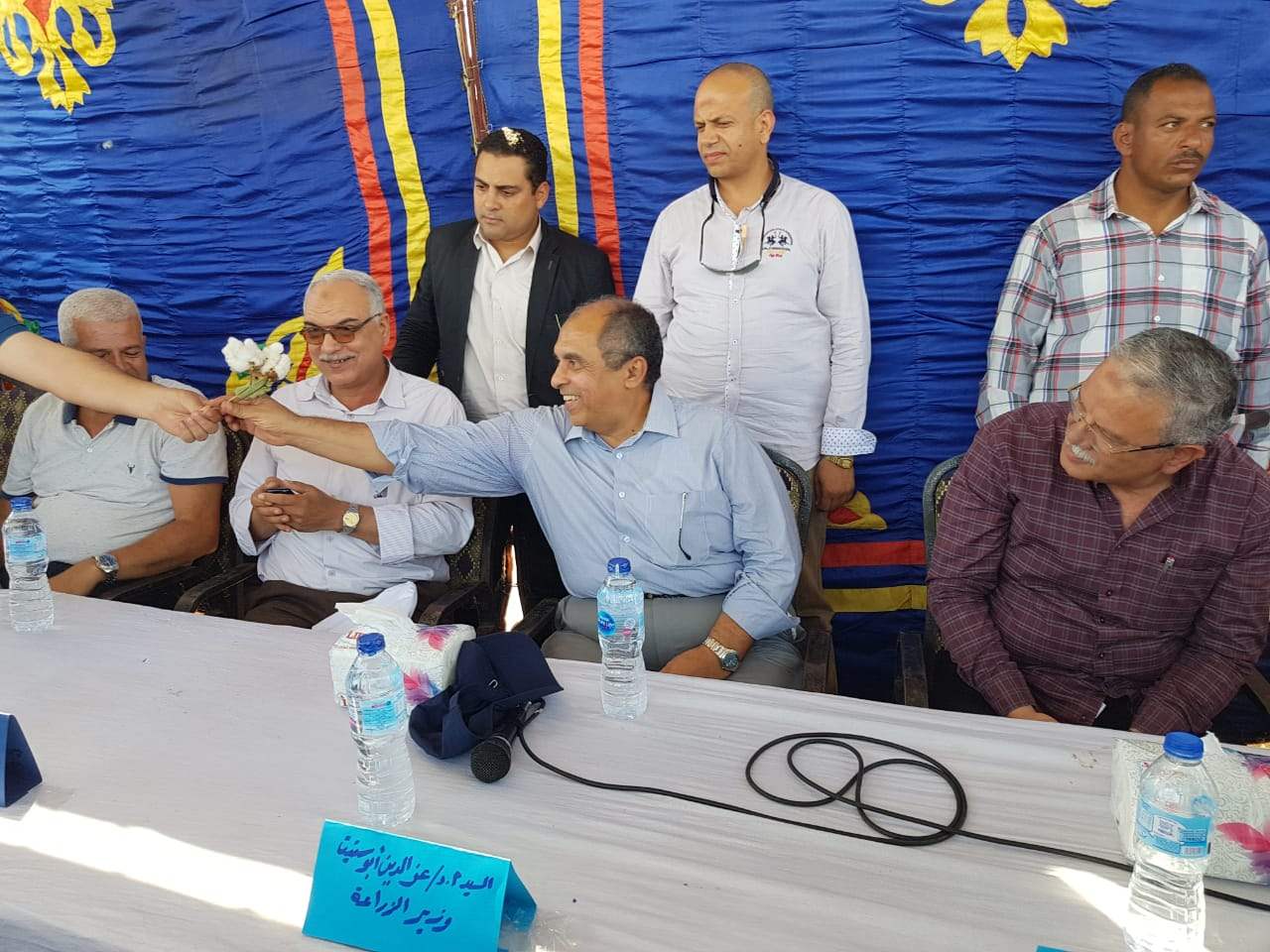 وزير الزراعة ومحافظ المنيا بموسم جنى القطن (1)