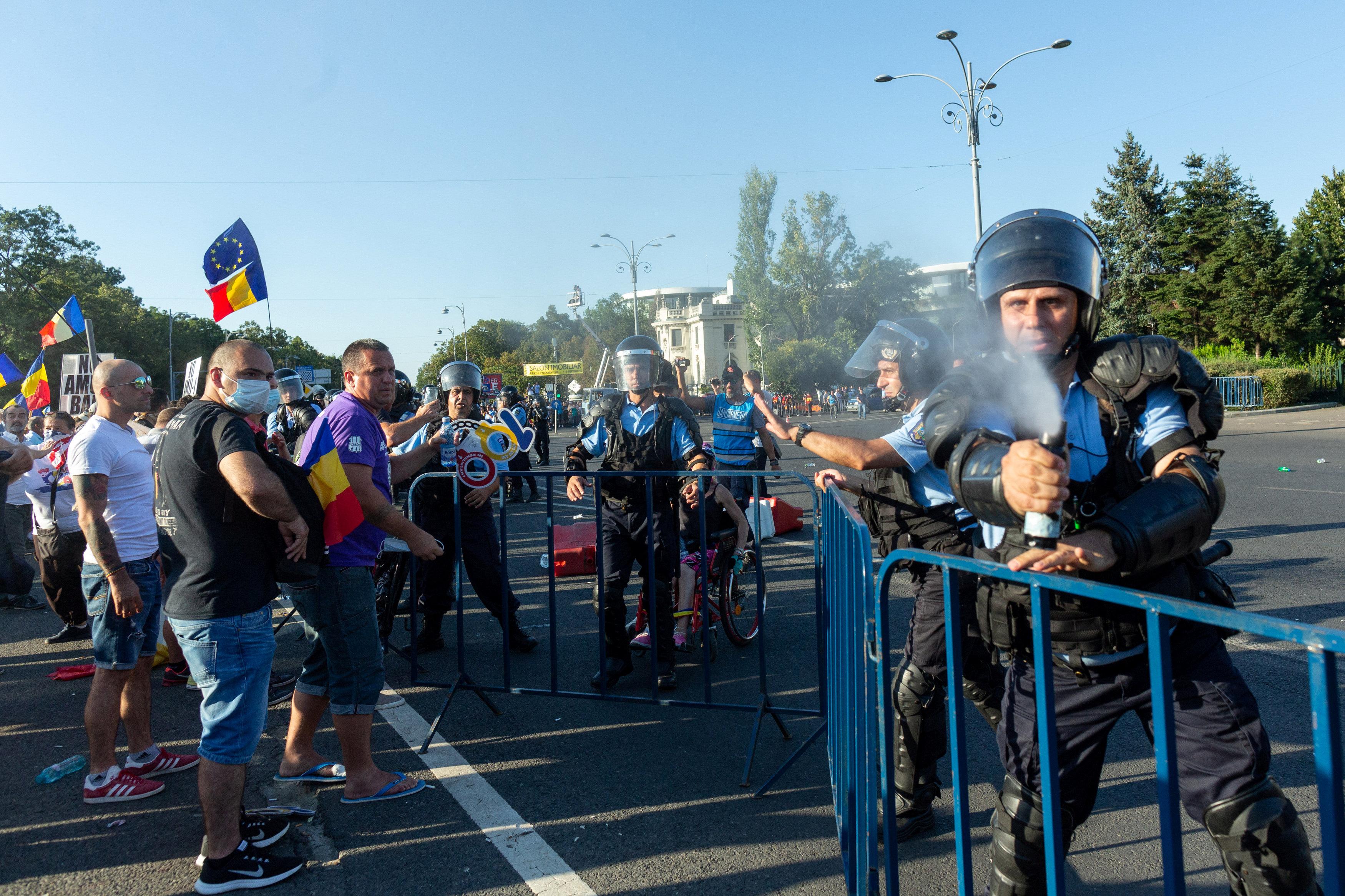شرطى يطلق الفلفل على المتظاهرين