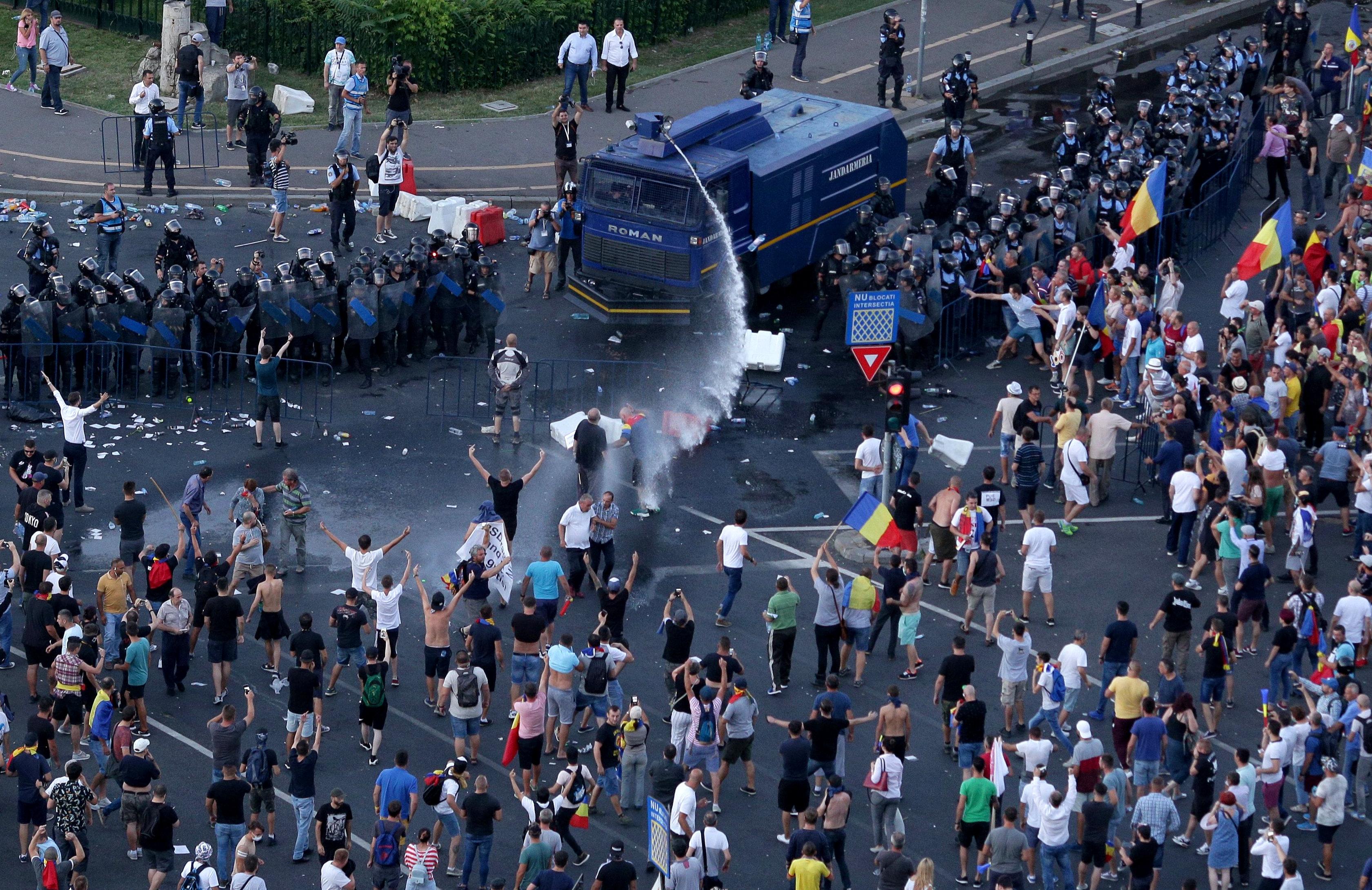 رشاشات المياه تطلق على المتظاهرين