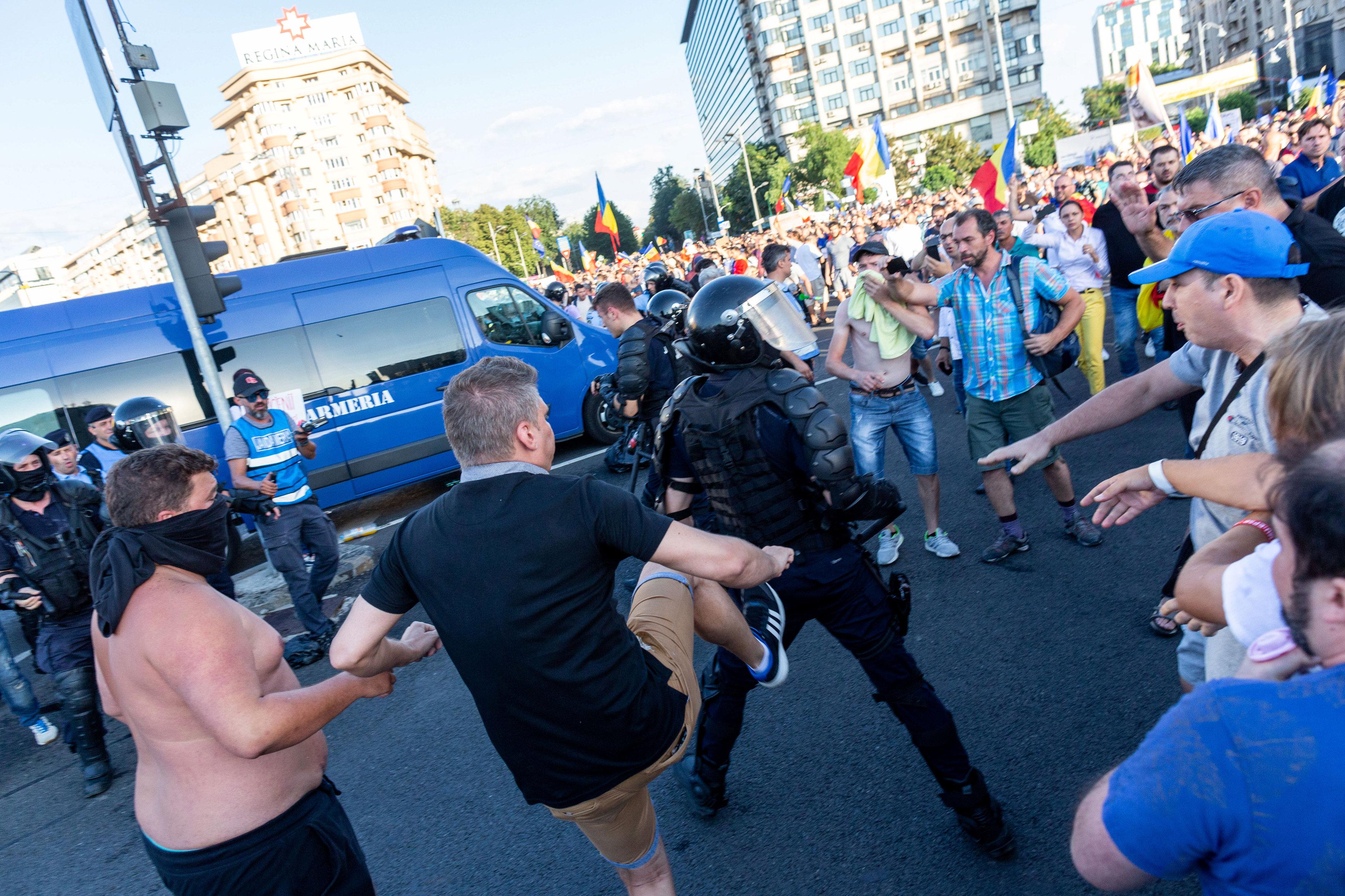 متظاهر يعتدى على شرطى