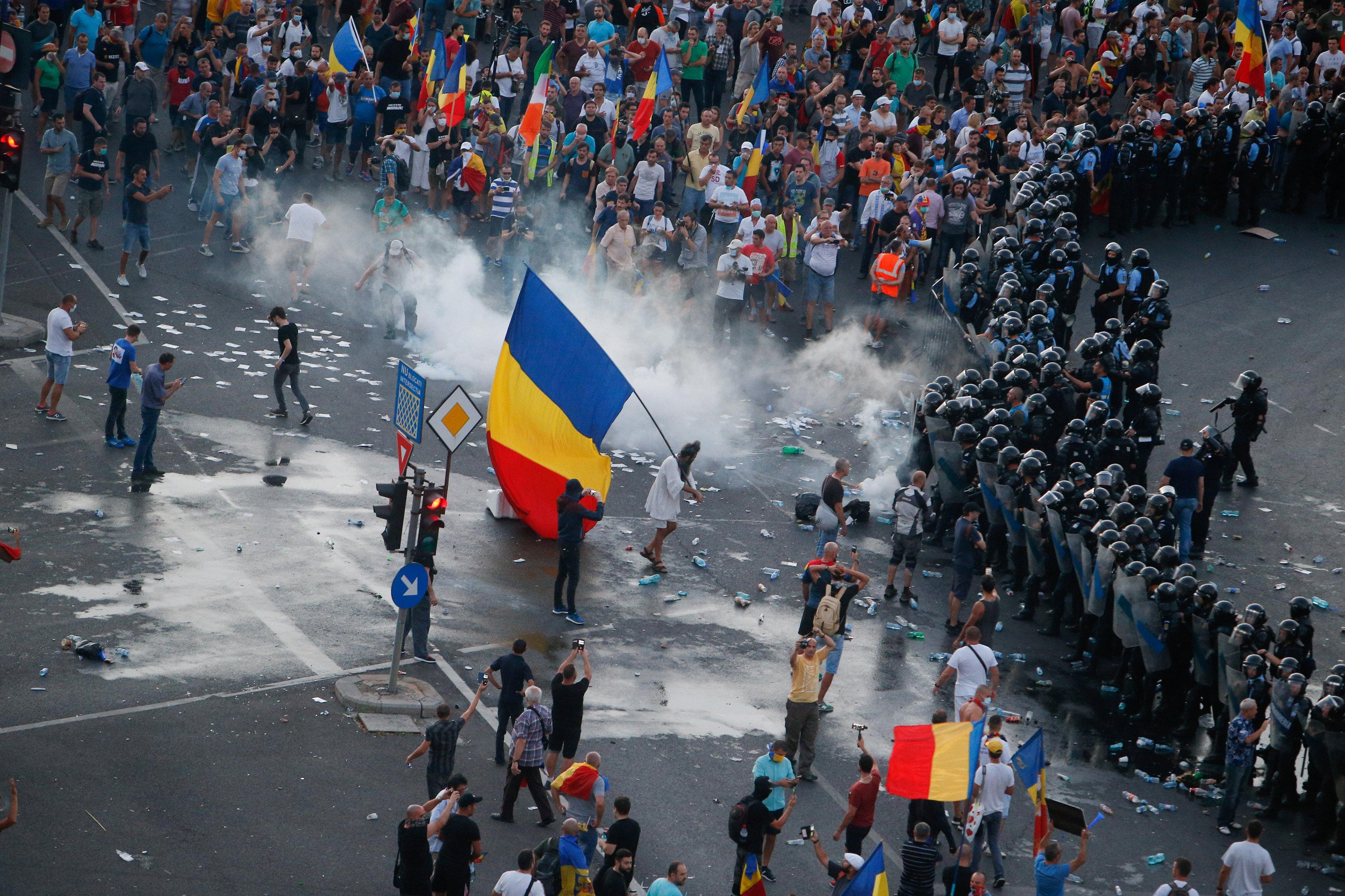 الغاز المسيل للدموع يطلق على المحتجين