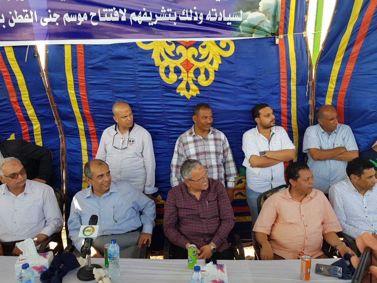 وزير الزراعة ومحافظ المنيا بموسم جنى القطن (5)