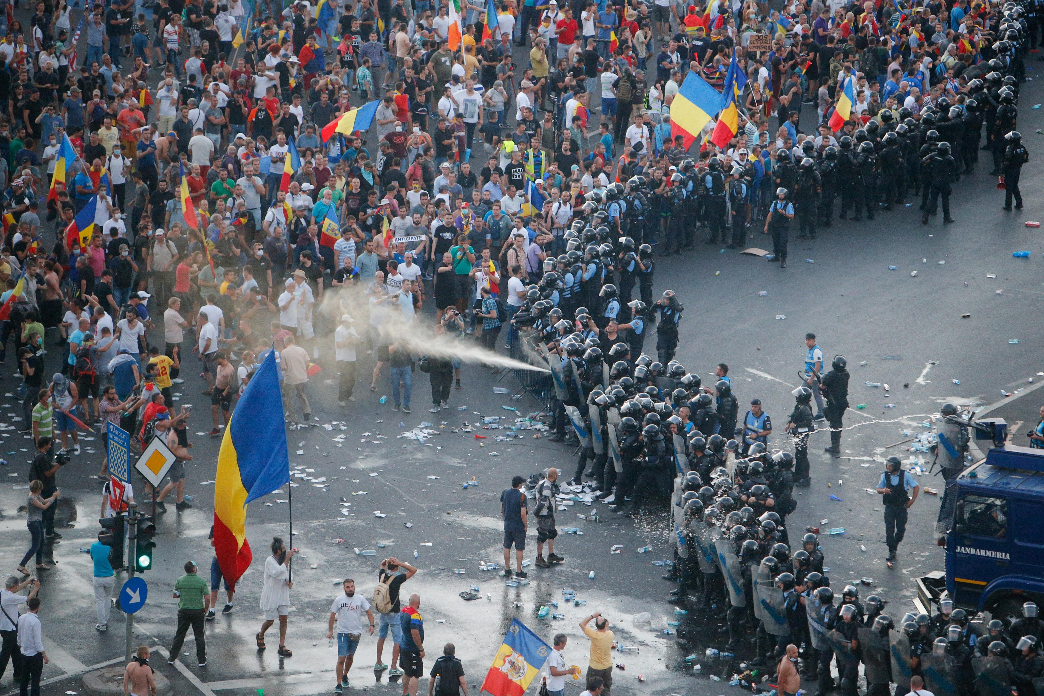 الشرطة تحاول تفريق متظاهرين