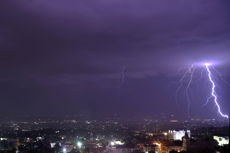 برق يشق سماء هايتى