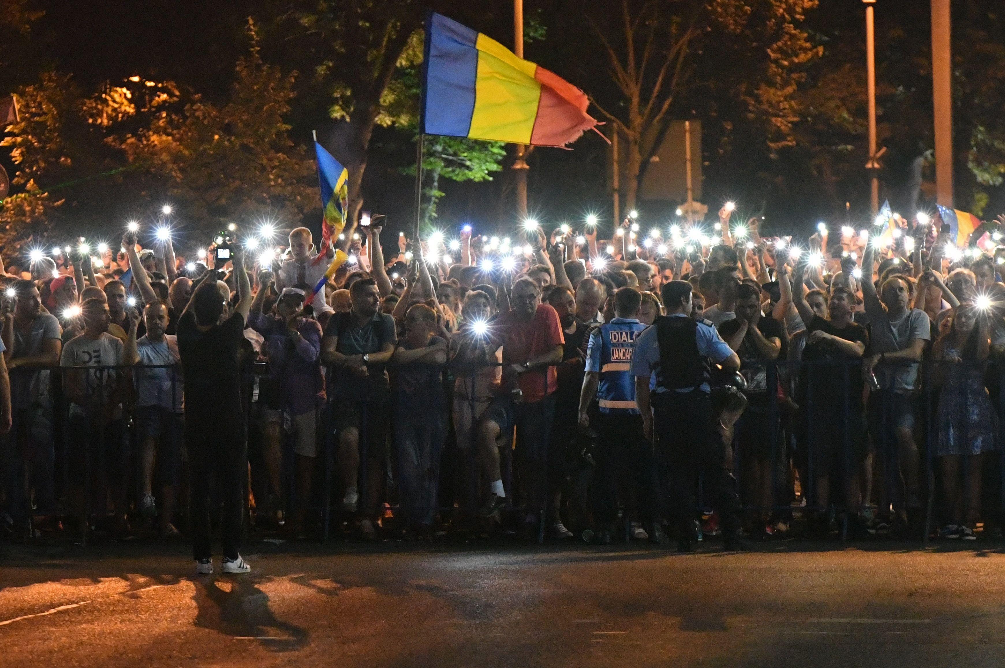 الآلاف يتظاهرون فى رومانيا