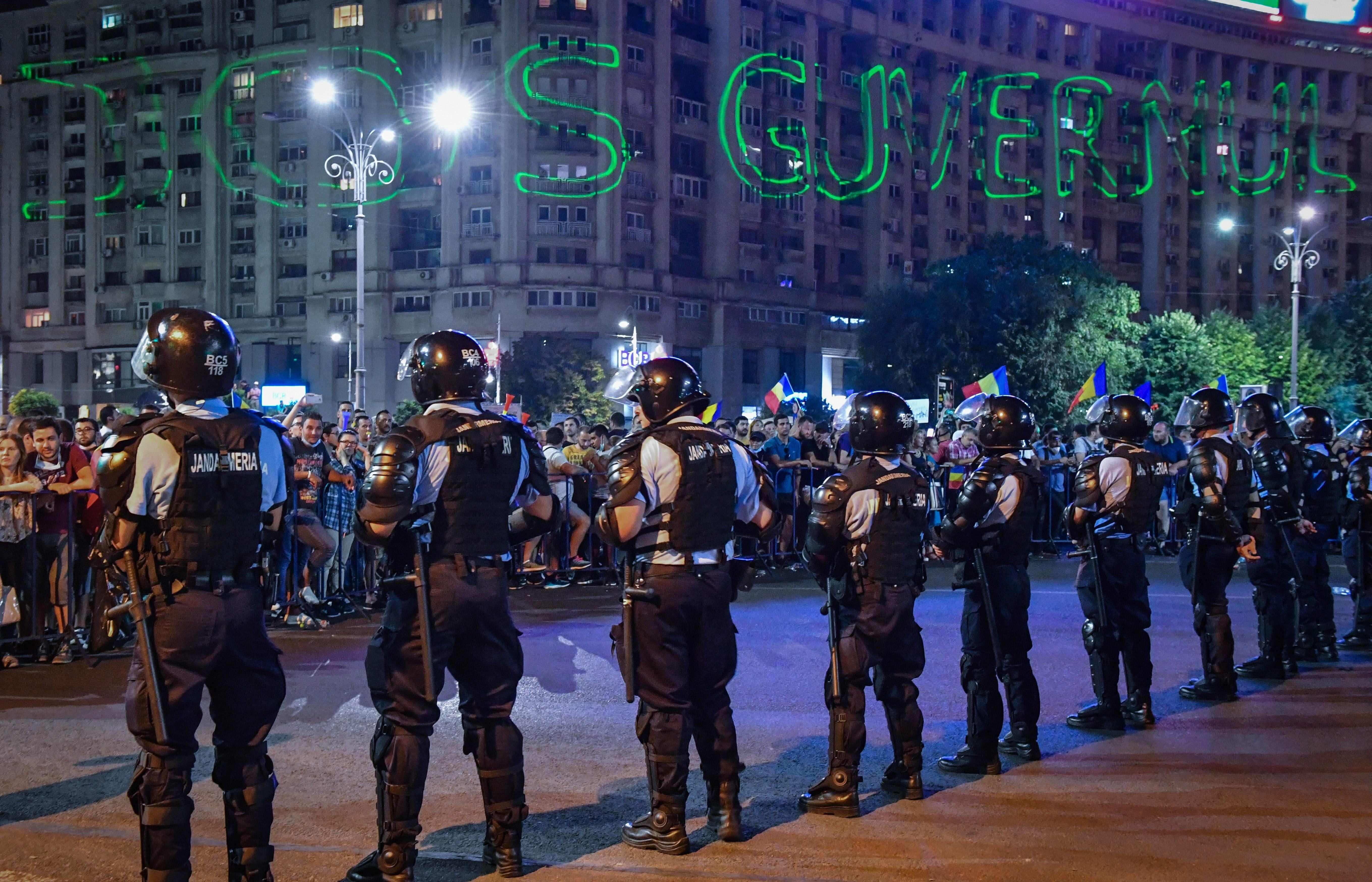 الشرطة الرومانية تحيط بالمتظاهرين