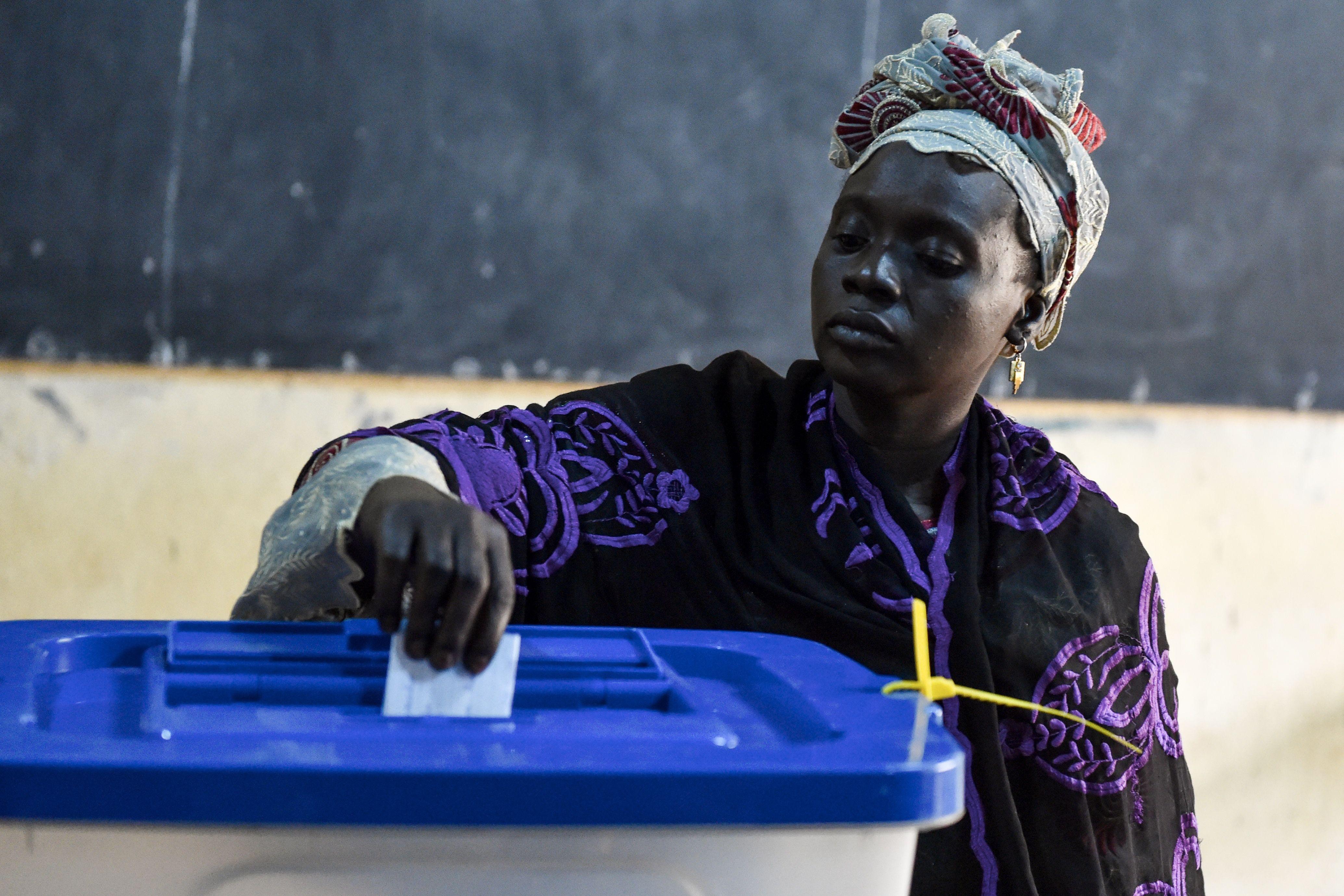 سيدة تدلى بصوتها فى الانتخابات
