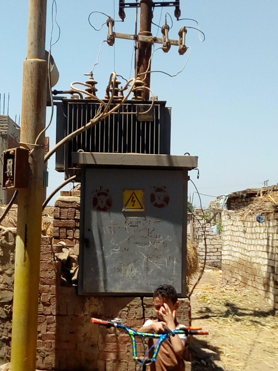 محولا الكهرباء الذى يهدد حياة الأهالى والأطفال بعزبة بغدادى (8)