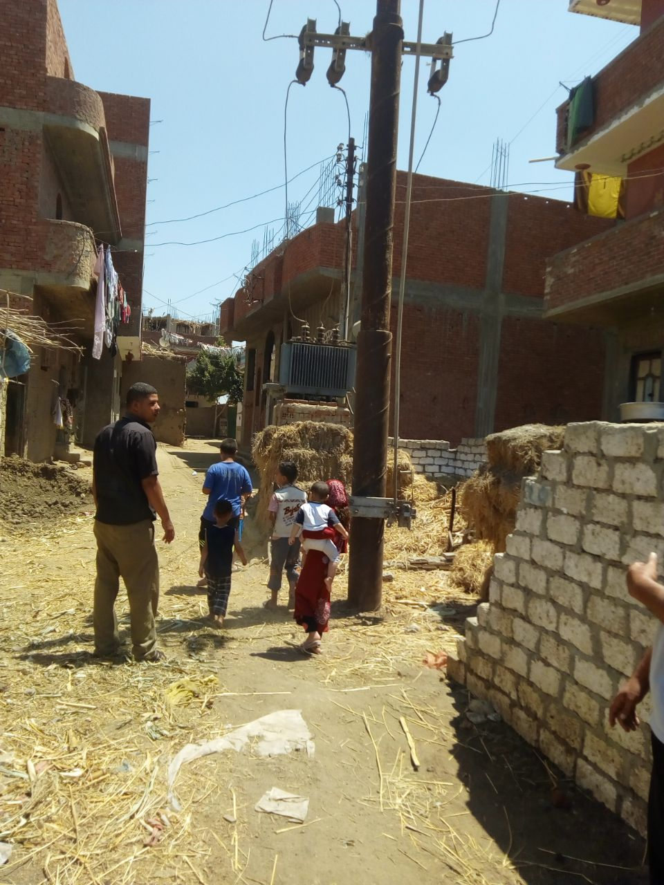 محولا الكهرباء الذى يهدد حياة الأهالى والأطفال بعزبة بغدادى (9)