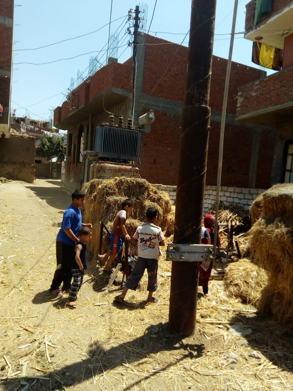 محولا الكهرباء الذى يهدد حياة الأهالى والأطفال بعزبة بغدادى (2)
