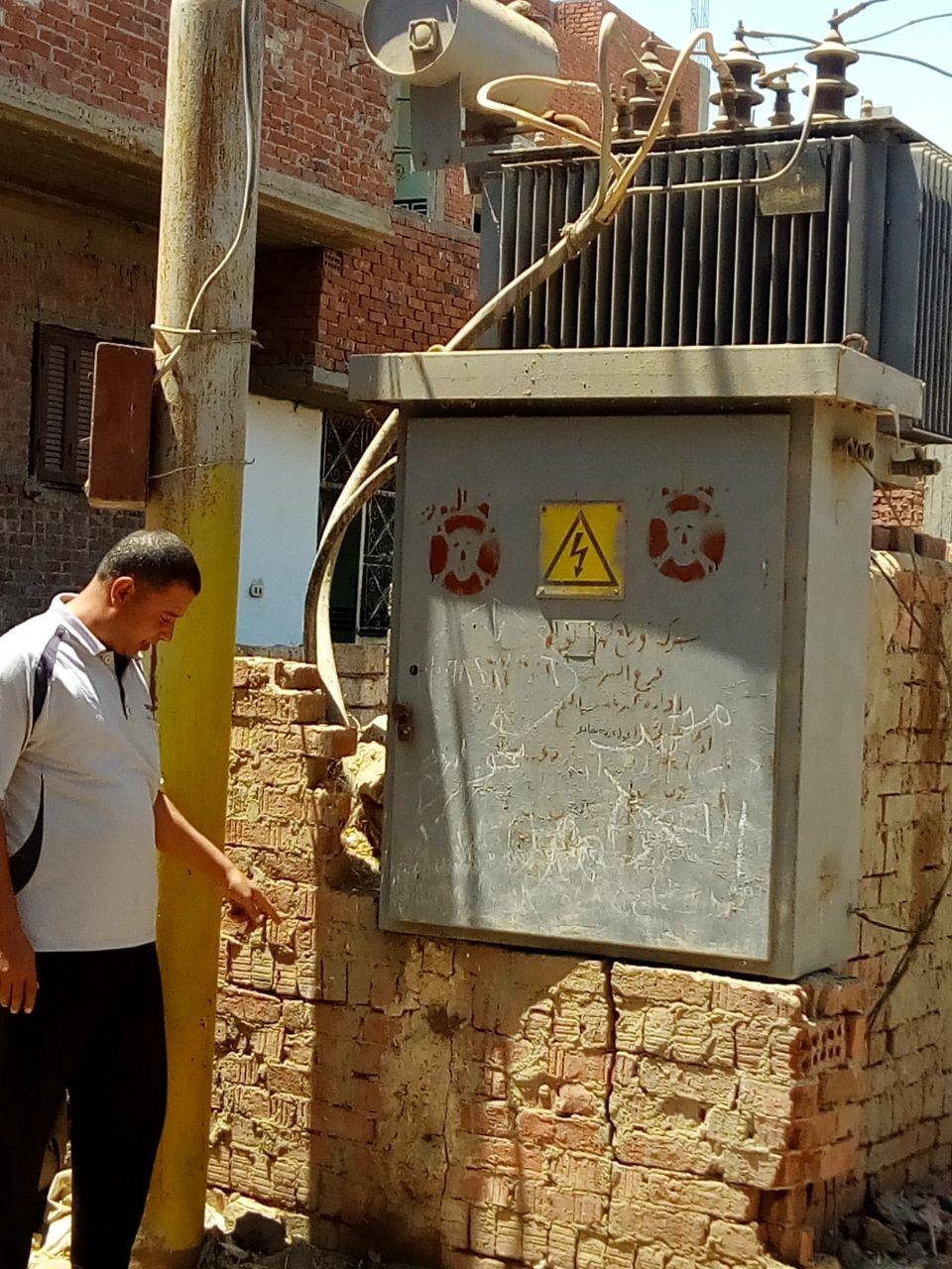 محولا الكهرباء الذى يهدد حياة الأهالى والأطفال بعزبة بغدادى (4)