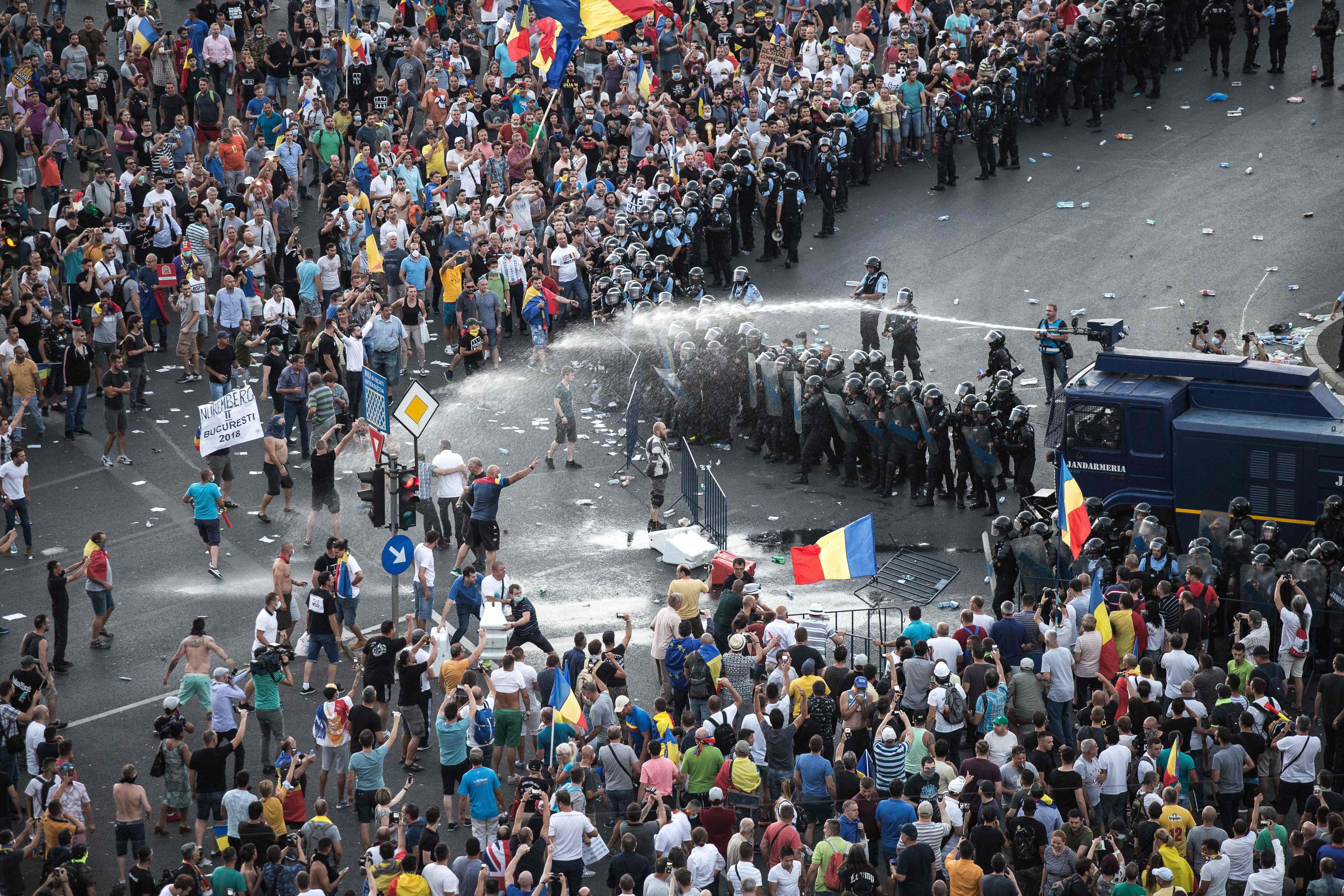 الشرطة تطلق مدافع المياه