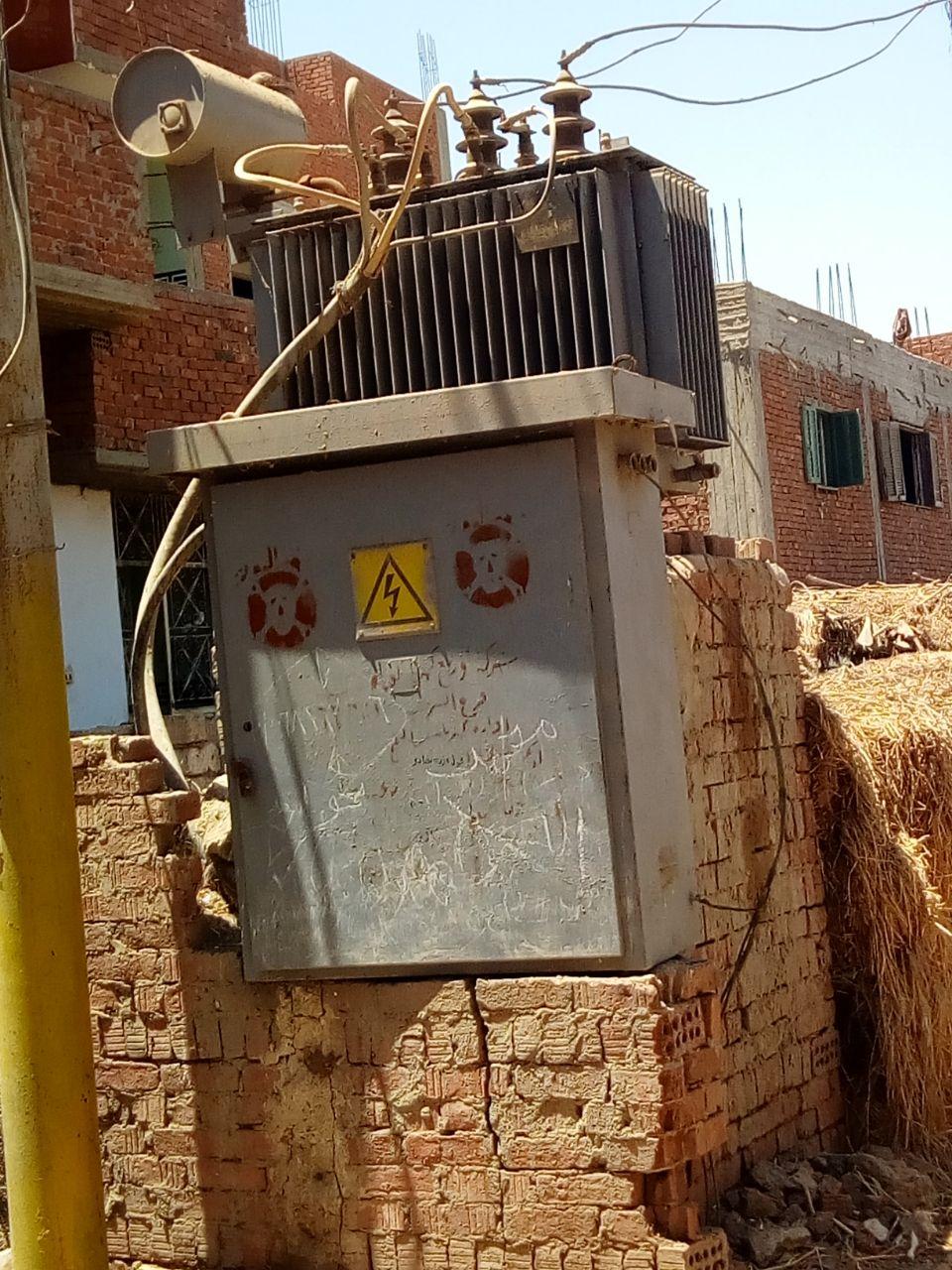 محولا الكهرباء الذى يهدد حياة الأهالى والأطفال بعزبة بغدادى (5)