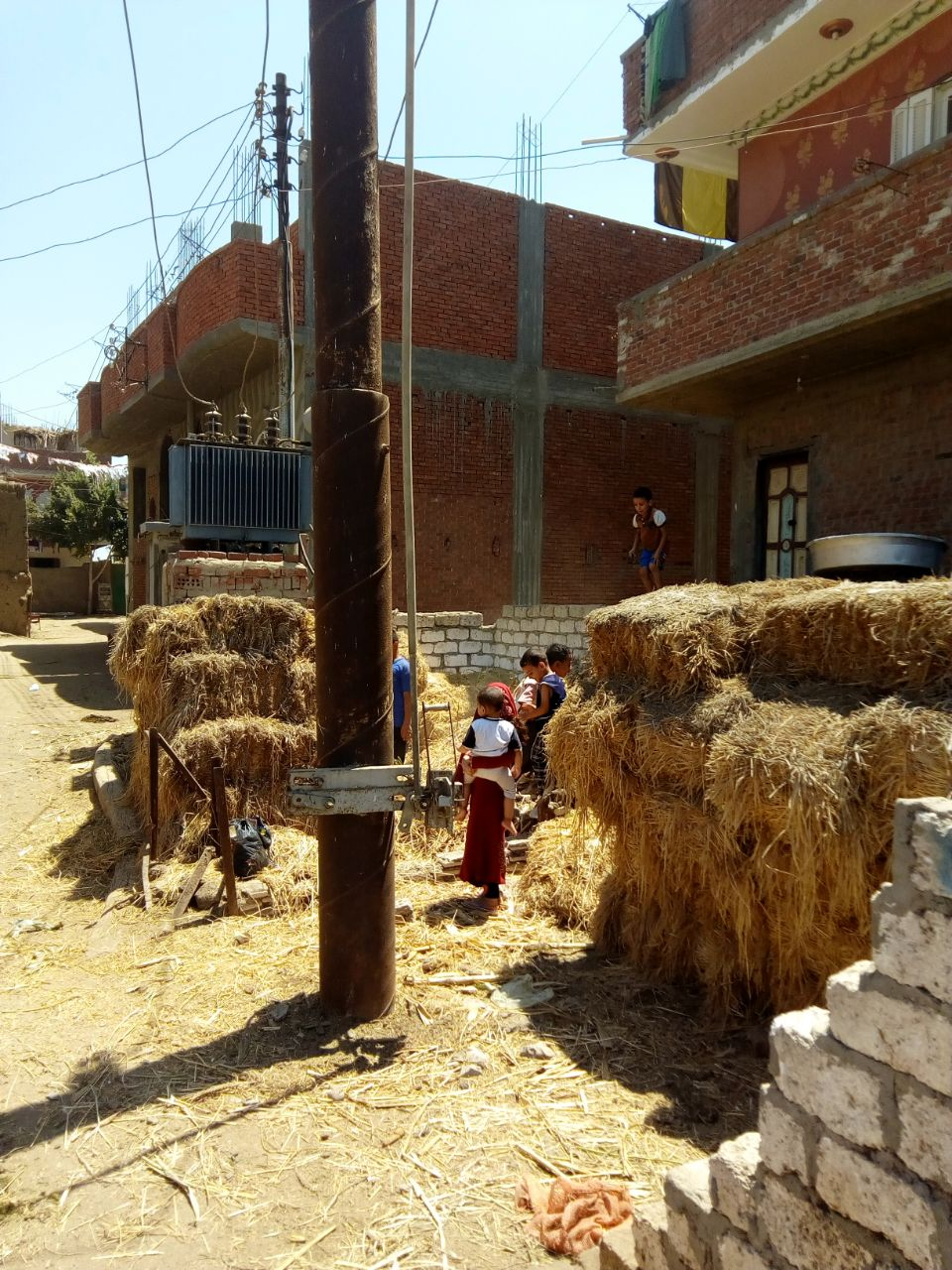 محولا الكهرباء الذى يهدد حياة الأهالى والأطفال بعزبة بغدادى (11)