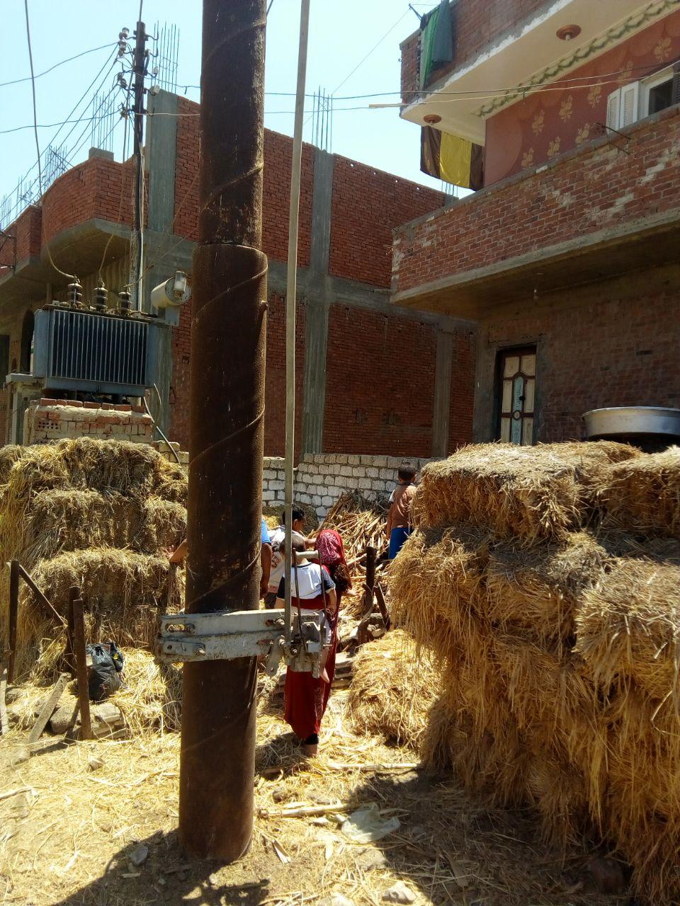 محولا الكهرباء الذى يهدد حياة الأهالى والأطفال بعزبة بغدادى (6)