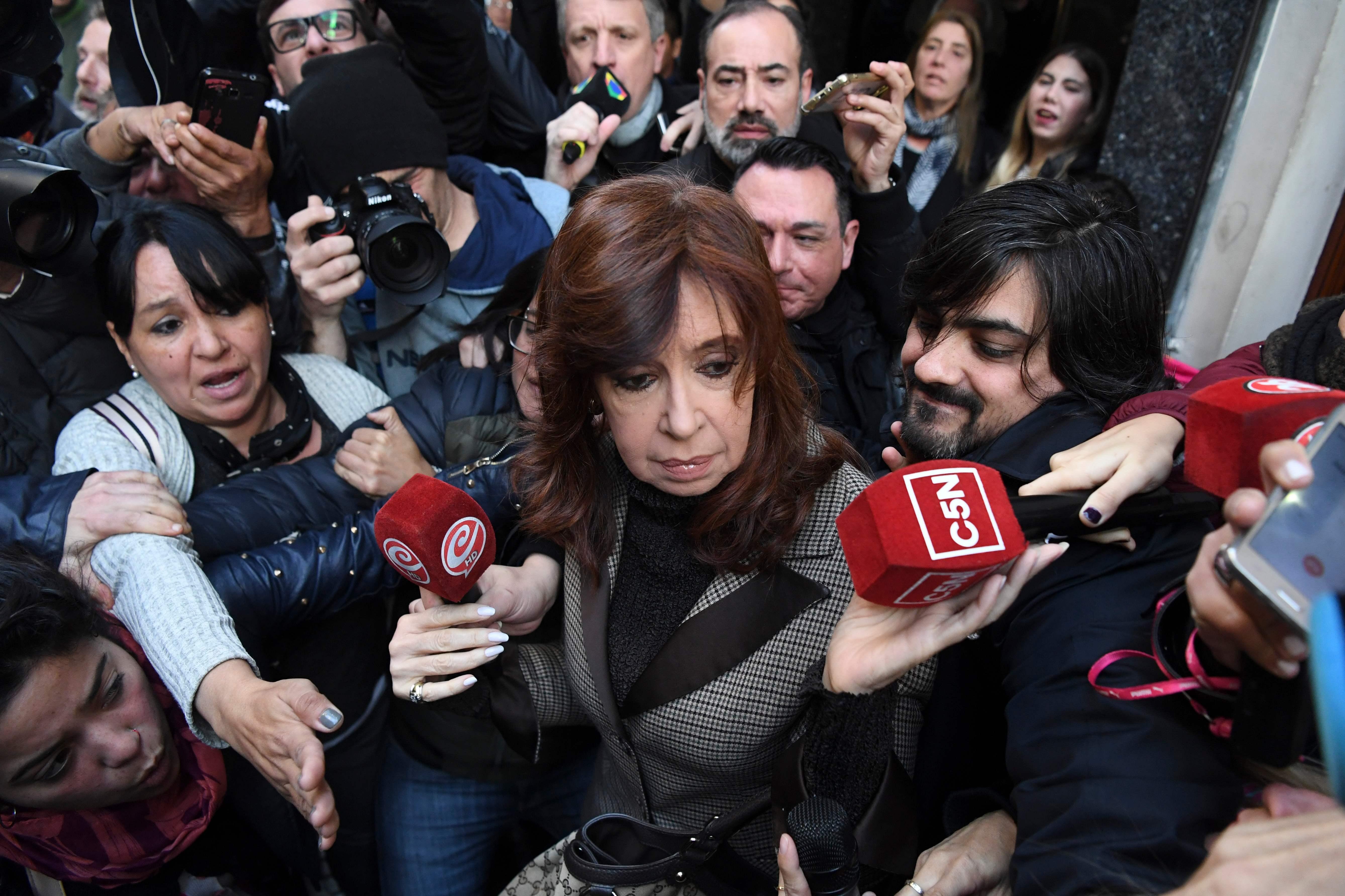 وسائل الاعلام تتهافت على رئيسة الارجنتين عقب التحقيق معها