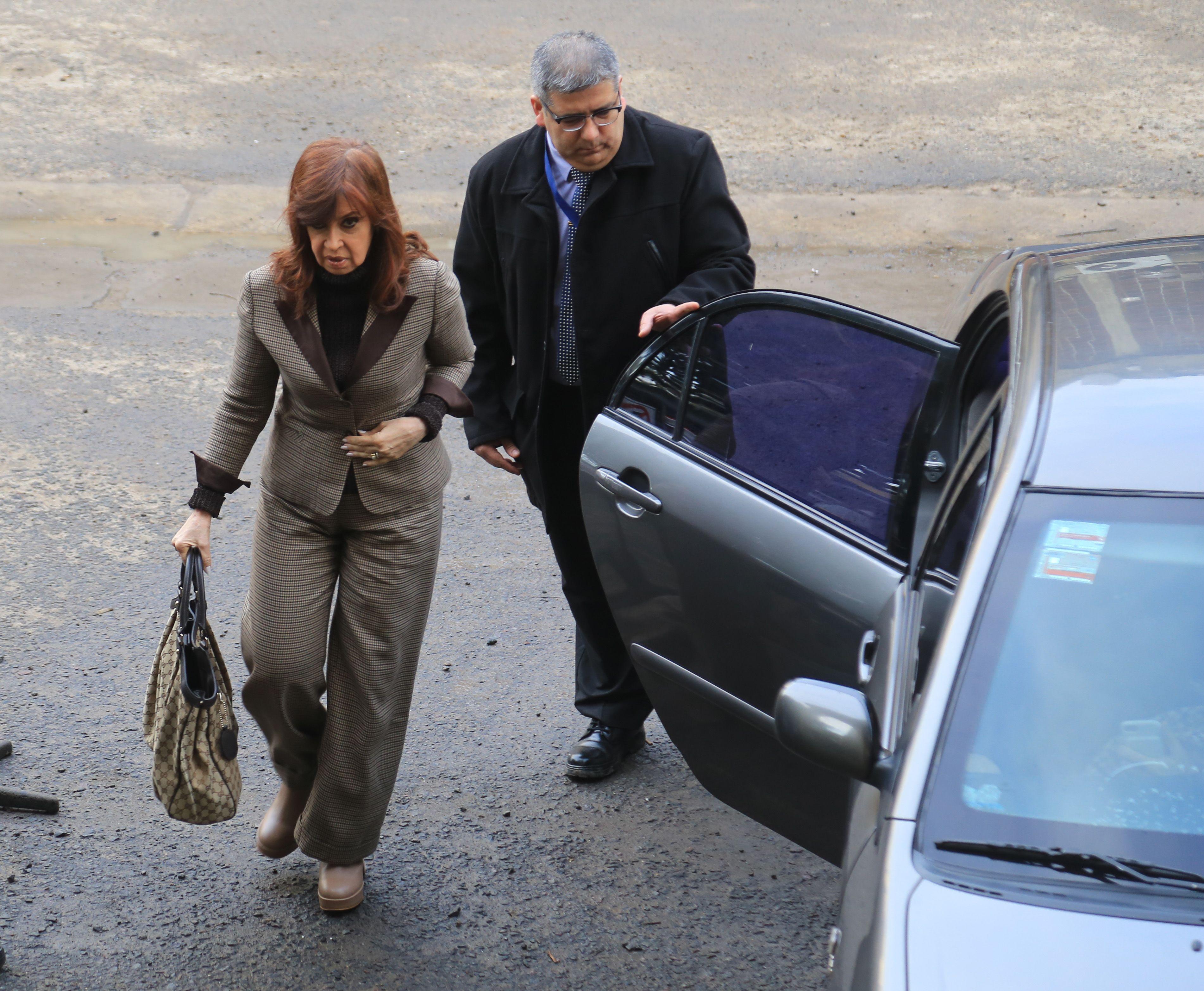 وصول رئيسة الارجنين لمقر التحقيق معها