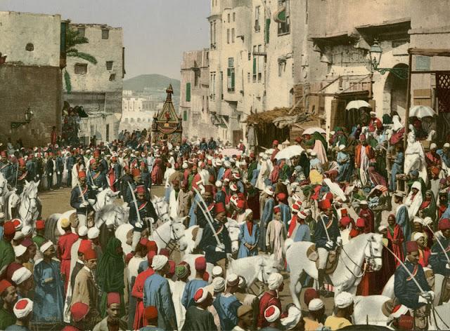 القاهره في العصر الخديوي و يظهر فيها العساكر المصريين بأزيائهم الرسميه و هم يتقدمون جمل المحمل