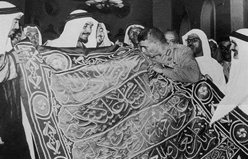 الرئيس الراحل محمد نجيب مع كسوة الكعبة فى اراضى الحجاز