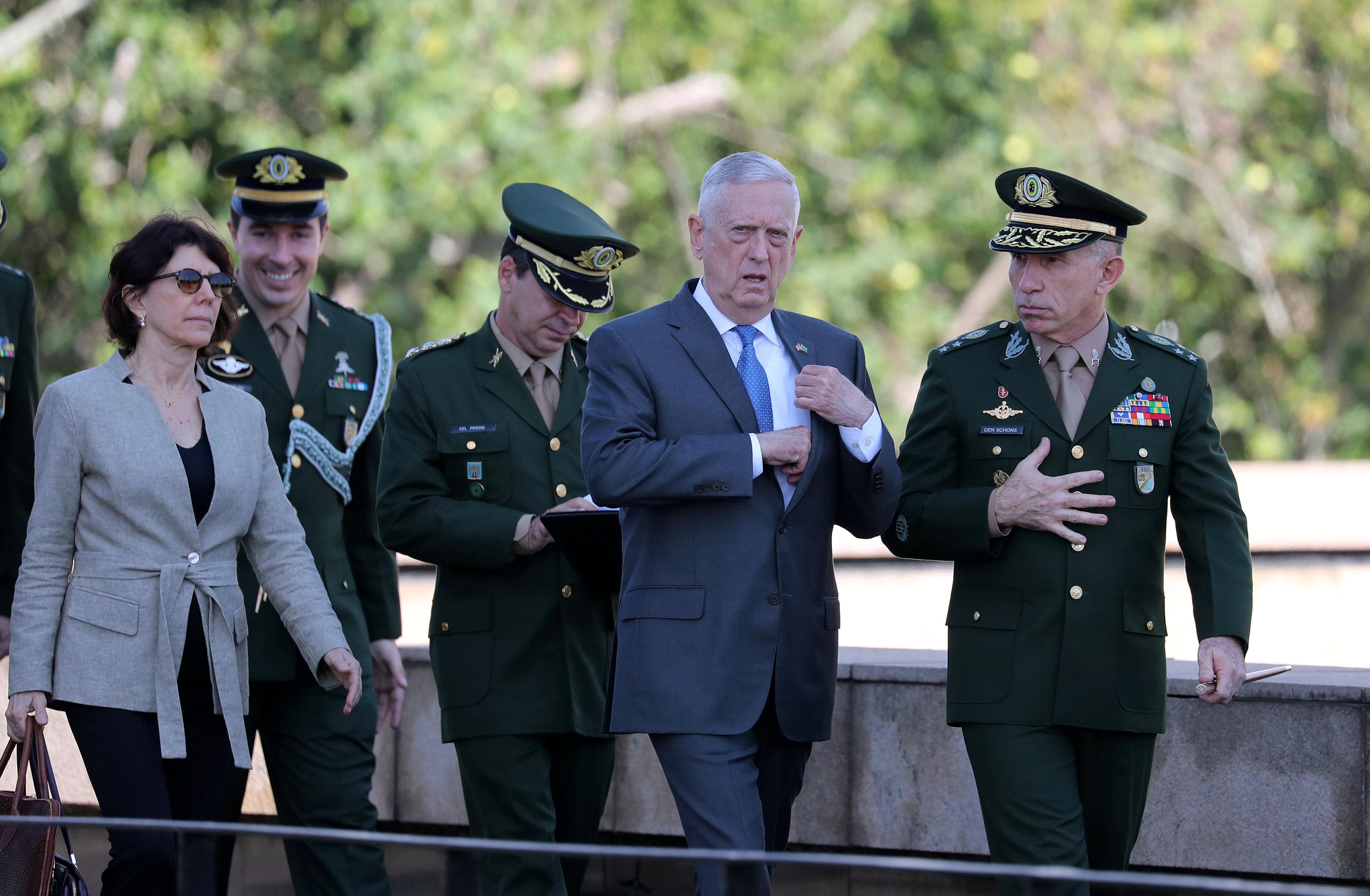 وزير الدفاع الأمريكي يحضر زيارة النصب التذكاري لقتلى الحرب العالمية الثانية