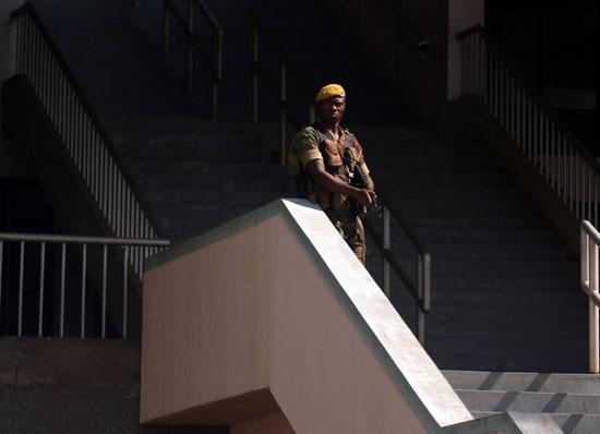 عضو فى قوات الدفاع الزمبابوية يقف تحت الحراسة خلال الاحتفالات