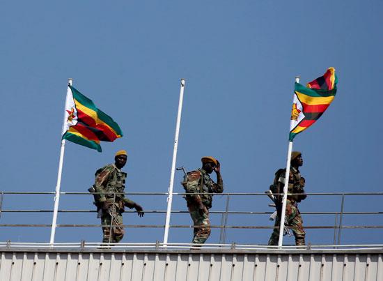 يحتفظ أفراد قوات الدفاع بالحراسة أثناء الاحتفالات