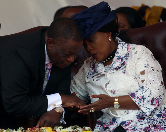 السيدة الأولى فى زيمبابوى أكسيليا منانجاجوا تتحدث إلى نائب الرئيس كونستنتينو تشيوينغا خلال الاحتفالات
