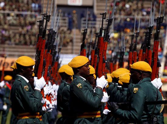 أعضاء قوات الدفاع يحضرون احتفالات يوم قوات الدفاع
