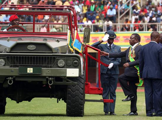 رئيس زيمبابوى يتفقد حرس الشرف خلال الاحتفالات بيوم قوات الدفاع