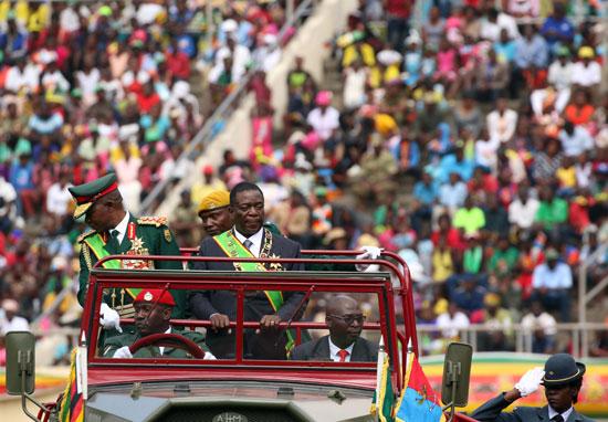 رئيس زيمبابوى فى الملعب الرياضى الوطنى فى هرارى