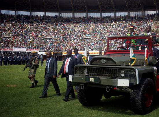 إيميرسون منانجاجوا خلال احتفالات يوم قوات الدفاع فى الملعب الرياضى الوطنى فى هرارى