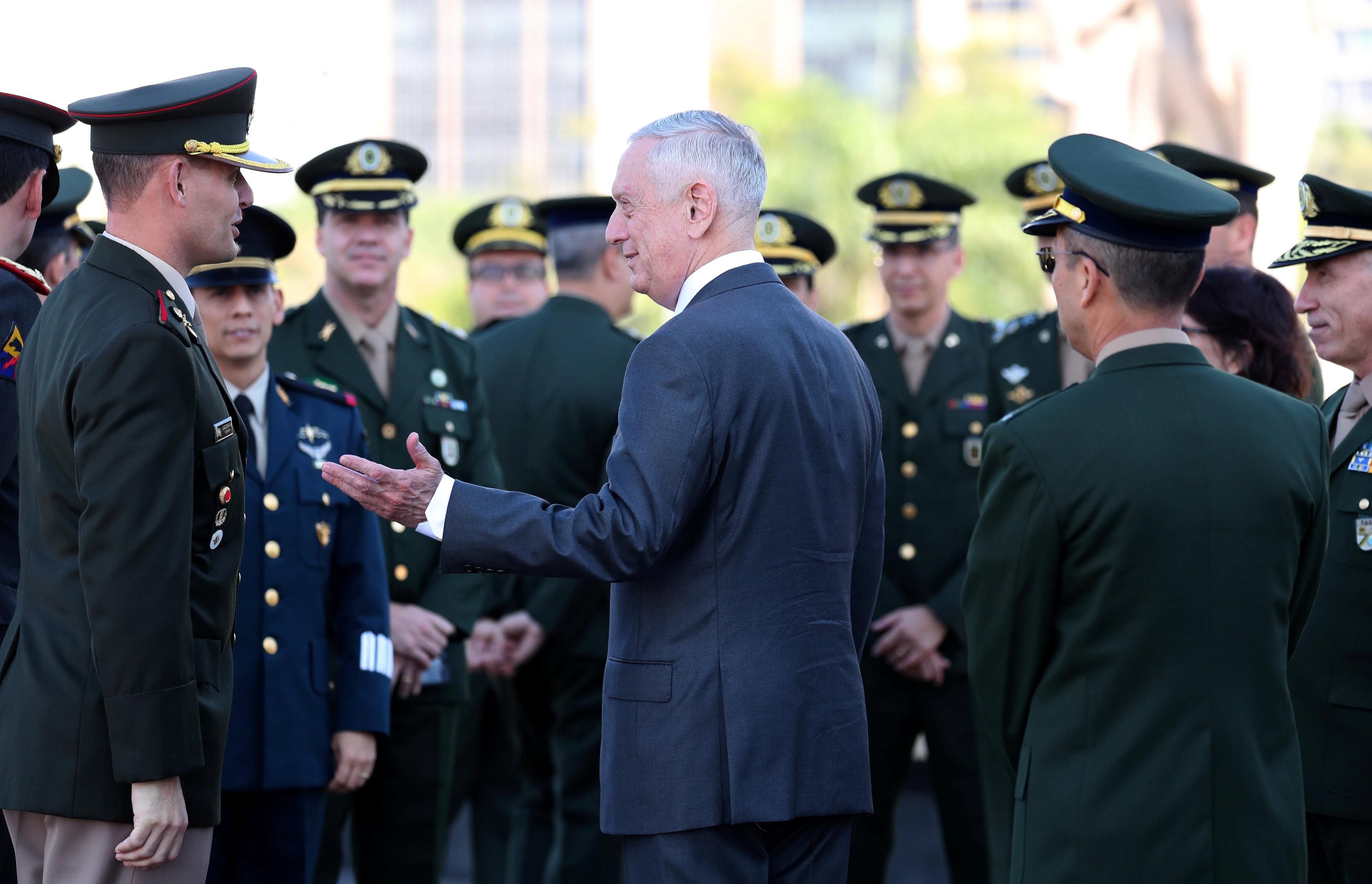ماتيس يلفت نظره إلى الجيش البرازيلى أثناء زيارته